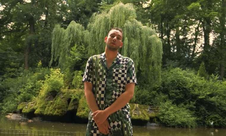 djezja in een videoclip in een bos