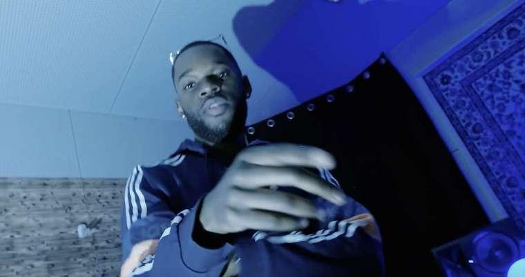 jozo rapper in een videoclip