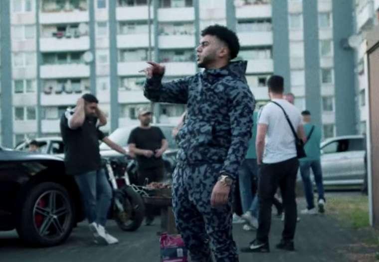 rapper nass in een clip op youtube